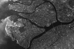 В 1966 году Ленинград сфотографировали с американского спутника. Снимок можно приблизить и сравнить с современной картой 🔎