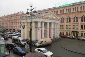 У Гостиного двора запустят проект «Кочевники» с фудтраками. Пространство откроют 1 мая, им занимается Артем Балаев