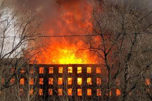 В Петербурге сильный пожар в здании «Невской мануфактуры». В разных районах города виден густой черный дым, СМИ сообщают о пострадавших пожарных