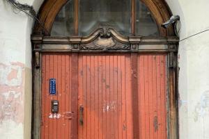 Петербуржцы вновь жалуются на замены исторических дверей. За последнюю неделю работы провели в двух доходных домах