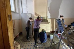 Фонд «Внимание» провел первую волонтерскую акцию в Петербурге. Добровольцы начали очищать печь в доходном доме Шведерского