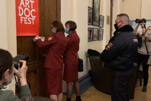 Роспотребнадзор и полиция сорвали открытие «Артдокфеста» в Петербурге — вероятно, по жалобе «гееборца» Тимура Булатова. Что об этом известно и продолжатся ли показы