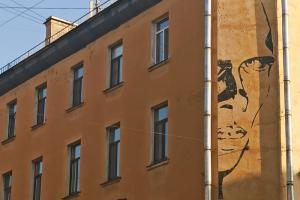 Известный стрит-арт с Хармсом на улице Маяковского могут закрасить. Местные жители собирают подписи в защиту работы
