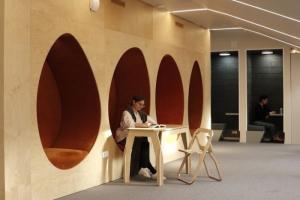 Где поработать с ноутбуком, если надоели дом и офис? Читатели и сотрудники «Бумаги» советуют библиотеки, кофейни, коворкинг и сад