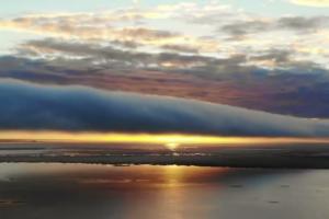 Над Финским заливом заметили «закрученное» облако в виде трубы. Явление называется «Утренняя глория» и часто встречается у берегов Австралии