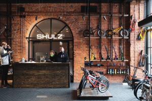 На Новой Голландии открылся фирменный магазин Shulz — с велосипедами и самокатами. Посмотрите, как он выглядит 🚲