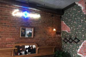 На месте старого кафе «Снежинка» открылся одноименный ресторан еврейской кухни. Там подают курочку по-еврейски и бейгл с лососем