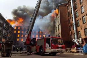 На Октябрьской набережной тушат сильнейший пожар в здании «Невской мануфактуры». Онлайн-трансляция