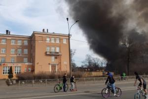 «Пахнет гарью и пластмассой горящей». Житель Октябрьской набережной рассказал, что происходит рядом с крупным пожаром в здании «Невской мануфактуры»