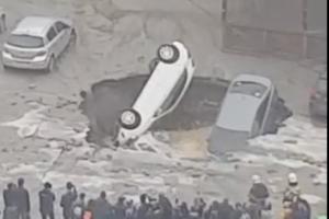 В Приморском районе три автомобиля провалились под землю после прорыва трубы с горячей водой
