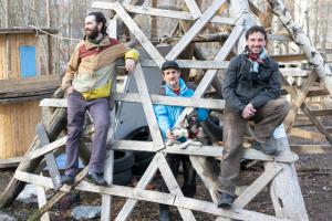 Как петербуржцы благоустроили заброшенный лес у парка 300-летия и построили там веревочный городок, горки и места для отдыха