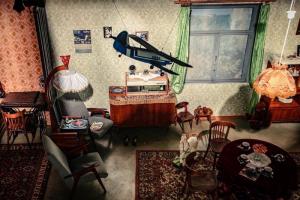 На Конюшенной площади открыли арт-инсталляцию «Квартира № 60». Она воссоздает гостиную семьи болельщиков из СССР
