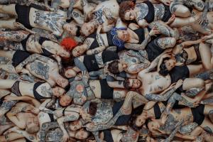 Посмотрите на групповой кадр с 40 тату-мастерами и их моделями. Это анонс выставки «Дисперсия боли», которая пройдет в Петербурге