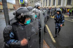 «Чиновники курируют полицию в прямом эфире». «Медуза» рассказала, что жесткие действия силовиков на акции 21 апреля контролировали в Смольном