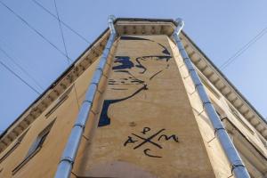 «Петербург — музей, а администрация — бабушки в этом музее». Стрит-арт с Хармсом снова хотят закрасить. Вот что рассказывает о работе ее автор Паша Кас