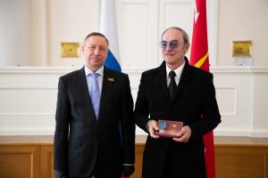 Беглов вручил госнаграды Фрейндлих, Боярскому и 98-летней петербурженке, собиравшей деньги для врачей. В перчатках, но без маски