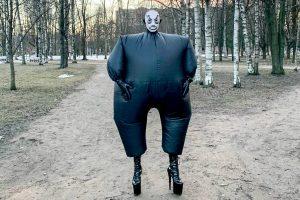 Это петербургский дрэг-артист Джена Марвин. Он гуляет по городу в костюмах из скотча и пластиковых труб — и на гигантских каблуках 🕺