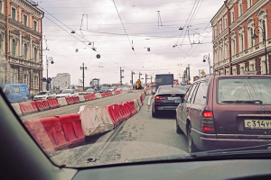Из-за ремонта Литейного моста центр уже неделю стоит в пробках. Работы должны закончиться в мае — водителей просят потерпеть
