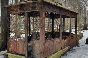 Студентки СПбГУ за два дня собрали деньги и запустили реставрацию склепа из фильма «Брат». Глава группы рассказывает, как они добились ремонта и зачем ведут TikTok про кладбища