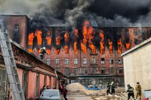МЧС: пожар на «Невской мануфактуре» тушили водой из Невы из-за особенностей здания и для защиты соседних строений. Гидранты были исправны