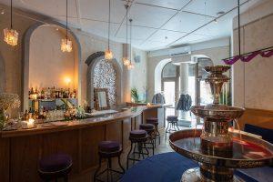 Это Tagliatella Caffe — новое место от команды El Copitas. Там работают только девушки, в центре зала стоит фонтанчик с негрони и гостям подают итальянские коктейли