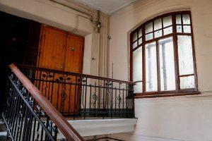 Житель дома на Петроградской — о том, как изменить проект капремонта фасада и отговорить чиновников заменять исторические окна с витражами