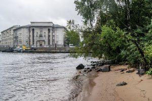 На набережной Макарова петербуржцы хотят открыть парк с пешеходным мостом, пляжем и фудтраками. Власти планируют проложить там магистраль