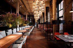 Это Ognivo — итальянский ресторан в здании бывшего завода на Васильевском. Здесь растут столетние оливы, а летом будет терраса с фонтаном