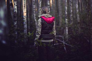 Что делать, если потерялся в лесу? Стоит ли ориентироваться по мху и как позвать на помощь? Пройдите тест 👀