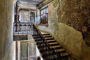 В доме Полежаева десятки лет была тайная лестница. Как жильцы добились, чтобы ее открыли, и нашли исторический лифт, о котором никто не знал