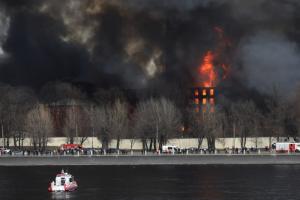 Октябрьскую набережную заволокло дымом. Как горит здание фабрики «Невская мануфактура» — в трех фото