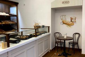 На Невском проспекте открыли пекарню Hobz. Там делают ремесленный хлеб, выпечку и десерты, а еще в меню есть завтраки и обеды 🍞