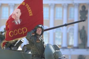 Парад на Дворцовой, толпы людей и салют. Смотрите, как в Петербурге прошло празднование 9 Мая