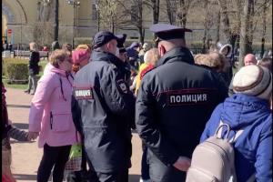 Сотрудники полиции проверили документы у людей, который пели военные песни в Александровском саду, сообщают очевидцы
