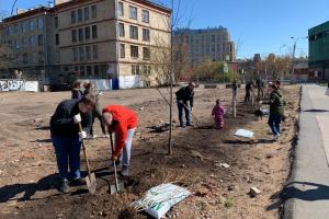 Жители Центрального района начали создавать сад Памяти на углу Кирочной и Новгородской улиц. Они высадили 10 кустов сирени и несколько деревьев