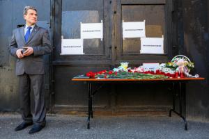 Петербуржцы принесли цветы и игрушки к представительству Татарстана после массового убийства школьников в Казани. Одно фото