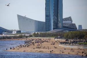 Петербуржцы долго ждали тепла. Слишком долго. Теперь пляж парка 300-летия напоминает Сочи! 🏖️