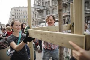 Петербуржцы высадили клены на Садовой улице —только посмотрите, как они довольны! Пять фотографий с акции 🌳