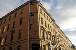 Власти Петербурга выразили готовность сохранить стрит-арт с Хармсом. Администрация приняла во внимание «значимость литературного творчества»