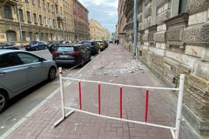 После падения штукатурки в Центральном районе организовали внеплановую проверку всех зданий — чтобы выявить аварийные и представляющие угрозу