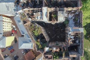 Как выглядит дом Басевича после нескольких пожаров? Фотограф снял здание без кровли — с дрона