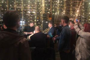 Жители улицы Рубинштейна и местные депутаты пришли с рейдом в бар Noir. Они рассказали, что сотрудники распылили перцовый баллончик