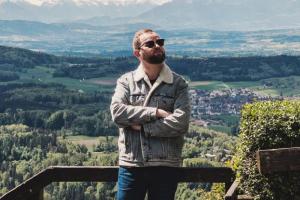 Петербургский блогер, которого избили после интервью о жизни с ВИЧ, уехал из России