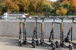 В Петербурге вводят новые ограничения для электросамокатов: лимит скорости в центре, запрет парковки на Дворцовой и общий «черный список» нарушителей