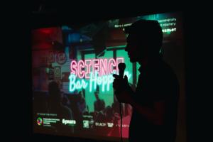 В Петербурге прошел фестиваль Science Bar Hopping. Смотрите трансляции лекций — о вакцинах от коронавируса, болях в спине и роботах 🔬🧬