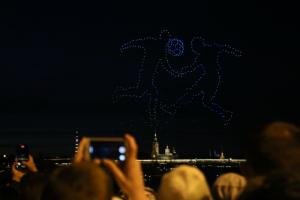 В небе над Невой станцевали десятки дронов — и даже напомнили про футбол. Смотрите на трех фото, как выглядело шоу ⚽️