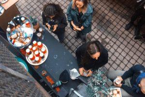 Во дворе «Танцплощадки» вновь открывается «Кафе танцующих огней» — летняя терраса с едой, напитками и танцами