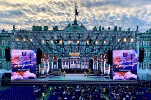 В Петербурге проходит шоу «Классика на Дворцовой». Посмотрите, как выглядит концерт у стен Зимнего дворца 🎵