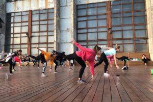 Где в Петербурге заняться спортом на свежем воздухе? Вот 19 вариантов — от йоги среди деревьев до балета на крыше