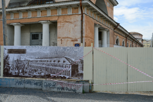 Конюшенное ведомство могут отдать московским инвесторам по программе «Рубль за метр». Что известно о реставрации памятника, которая затянулась на годы